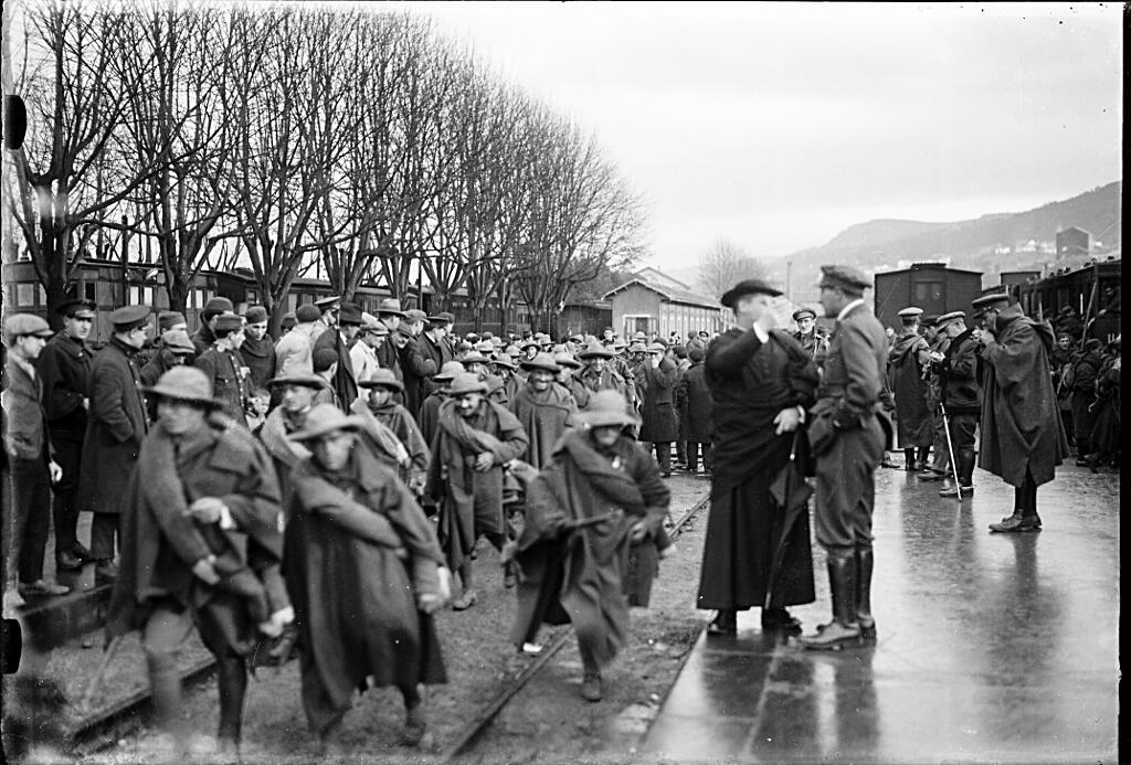 Vigo: embarque de tropas para la Guerra del Rif. Foto Llanos. ca. 1920