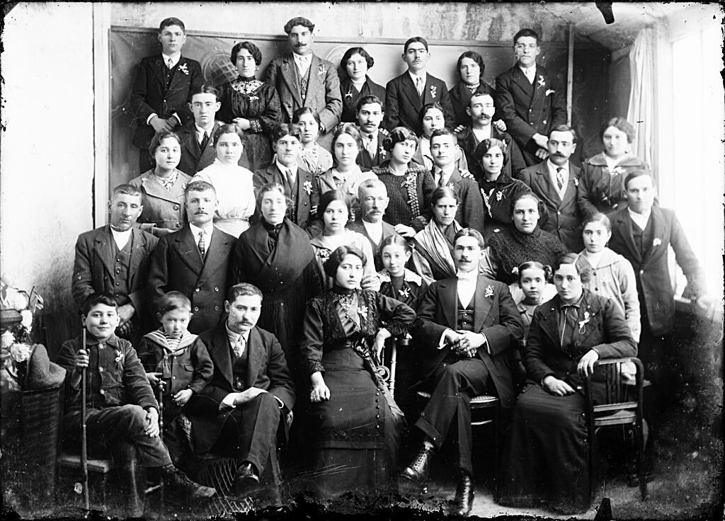 Ribadavia: unha parella de noivos e os seus invitados. Foto Chao. ca. 1914