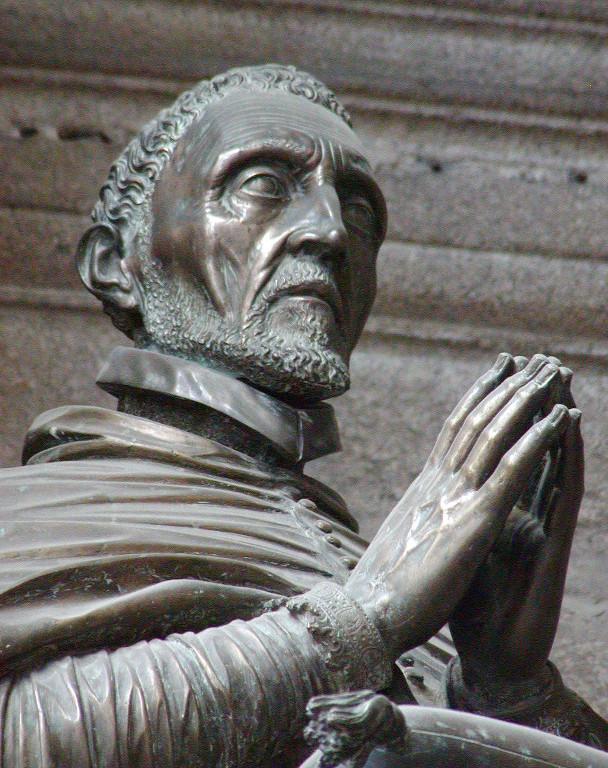 Detalle da escultura orante de Rodrigo de Castro, de Xoán de Boloña