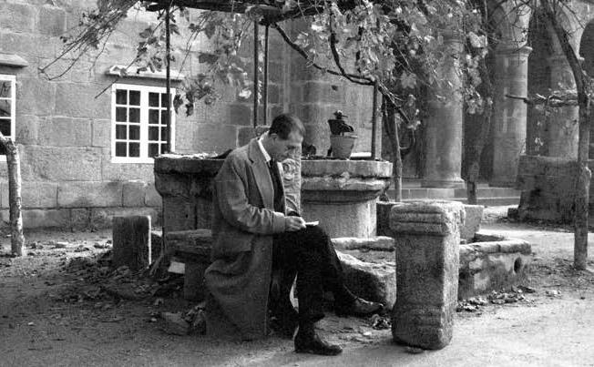 Xoaquín Lorenzo estudando un ara romana. Xoaquín Lorenzo Fernández. ca. 1963. Museo Arqueolóxico Provincial de Ourense