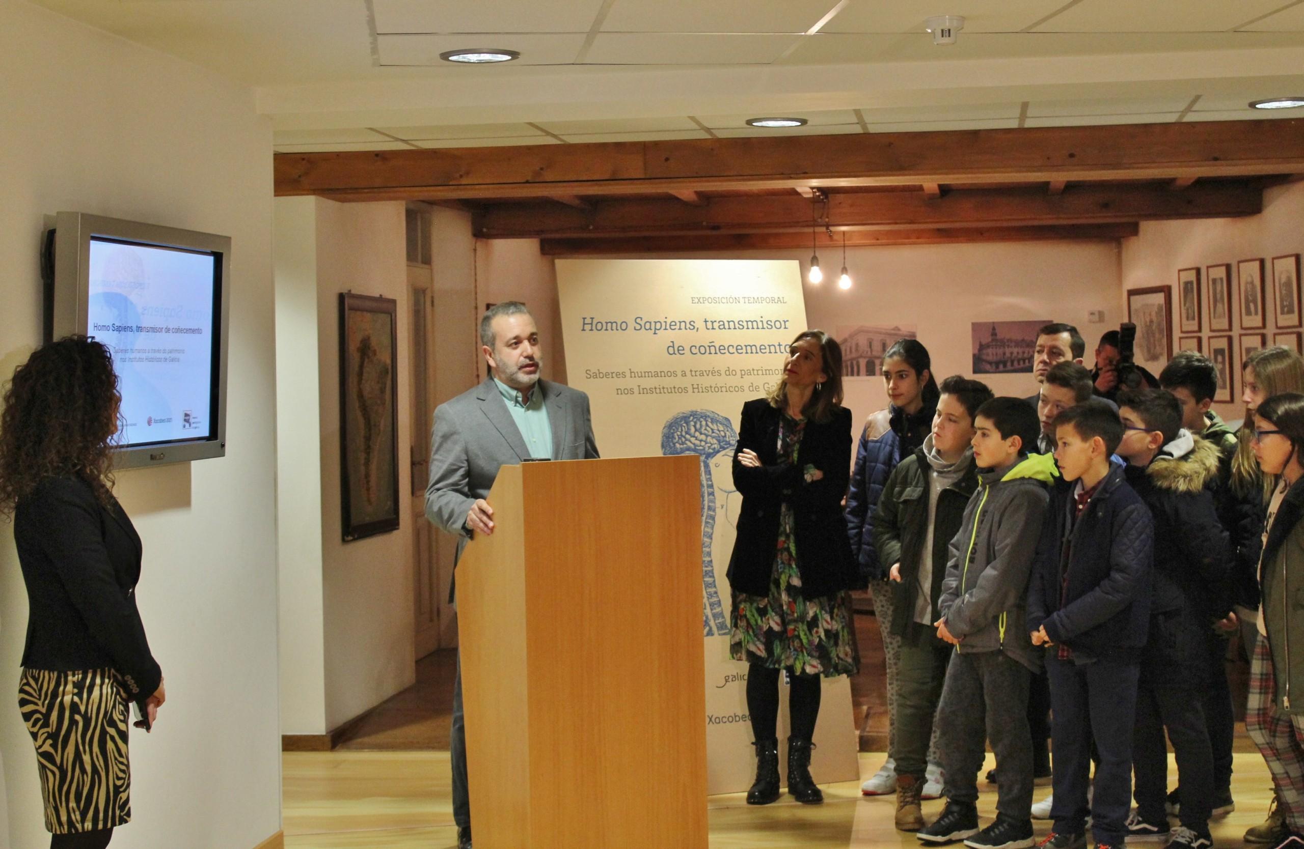 El comisario de la exposición, Antonio Cepeda, acompañado de la conselleira de Educación, de la directora del museo y de un grupo de alumnos y alumnas