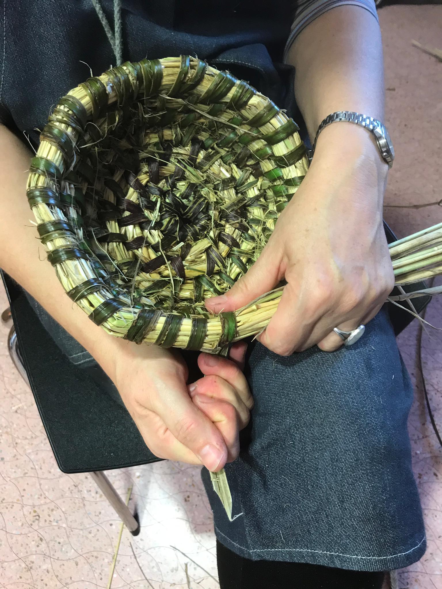 Elaboración dunha peza de cestería de colmo