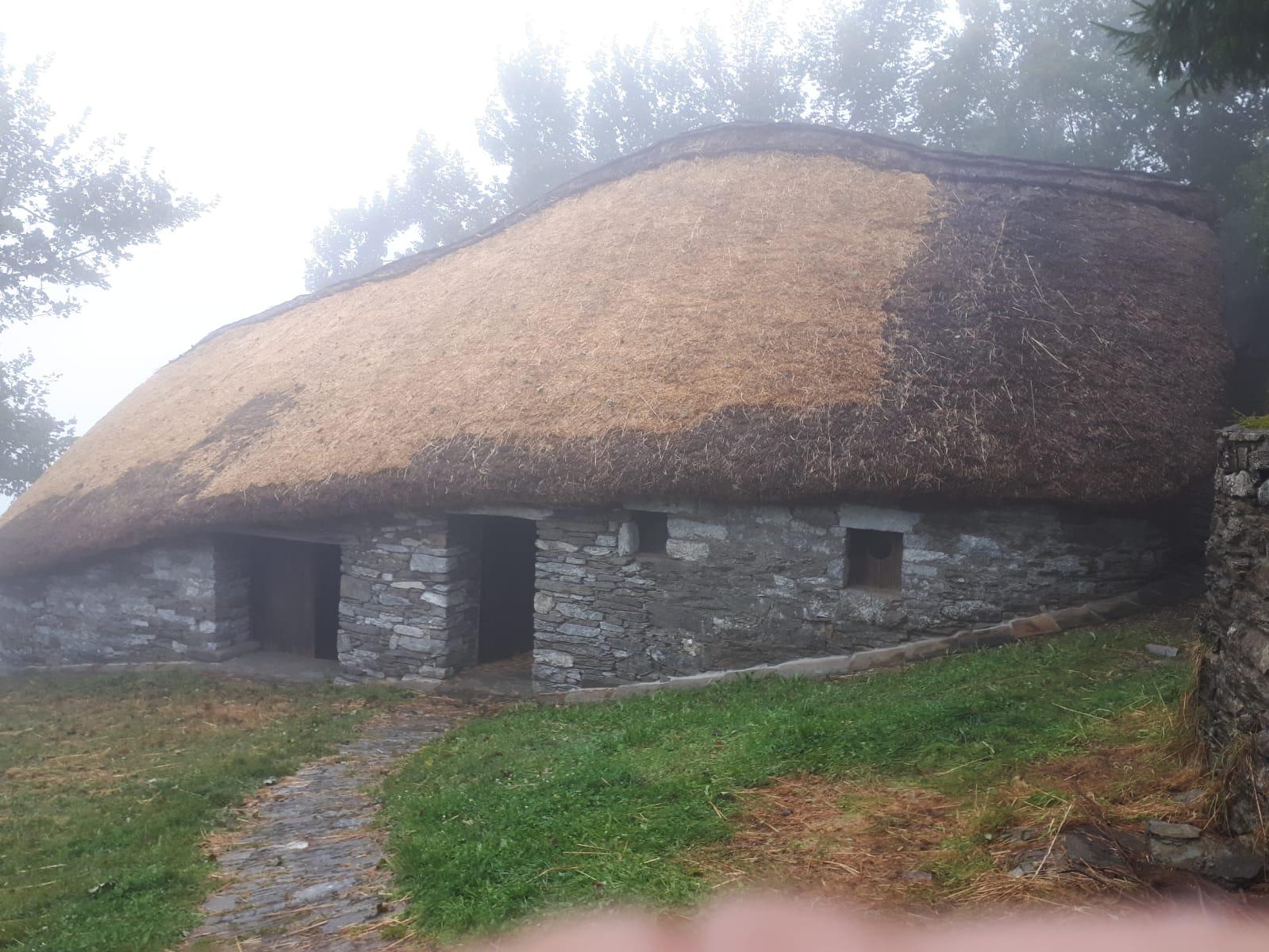 Palloza de Quico con el techo reparado