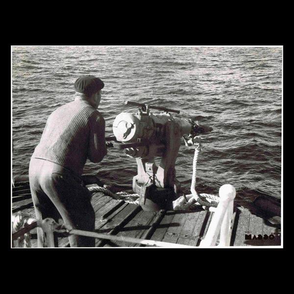 El arponero Alejo Varela Neira disparando el cañón arponero en el buque Lobeiro